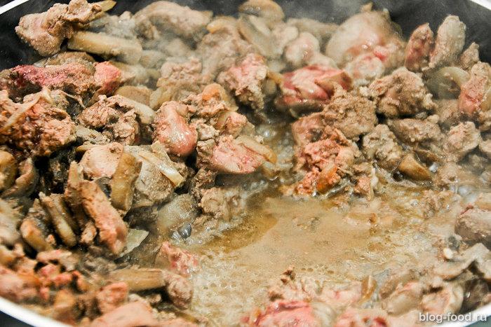 Куриная печень всливках сгрибами