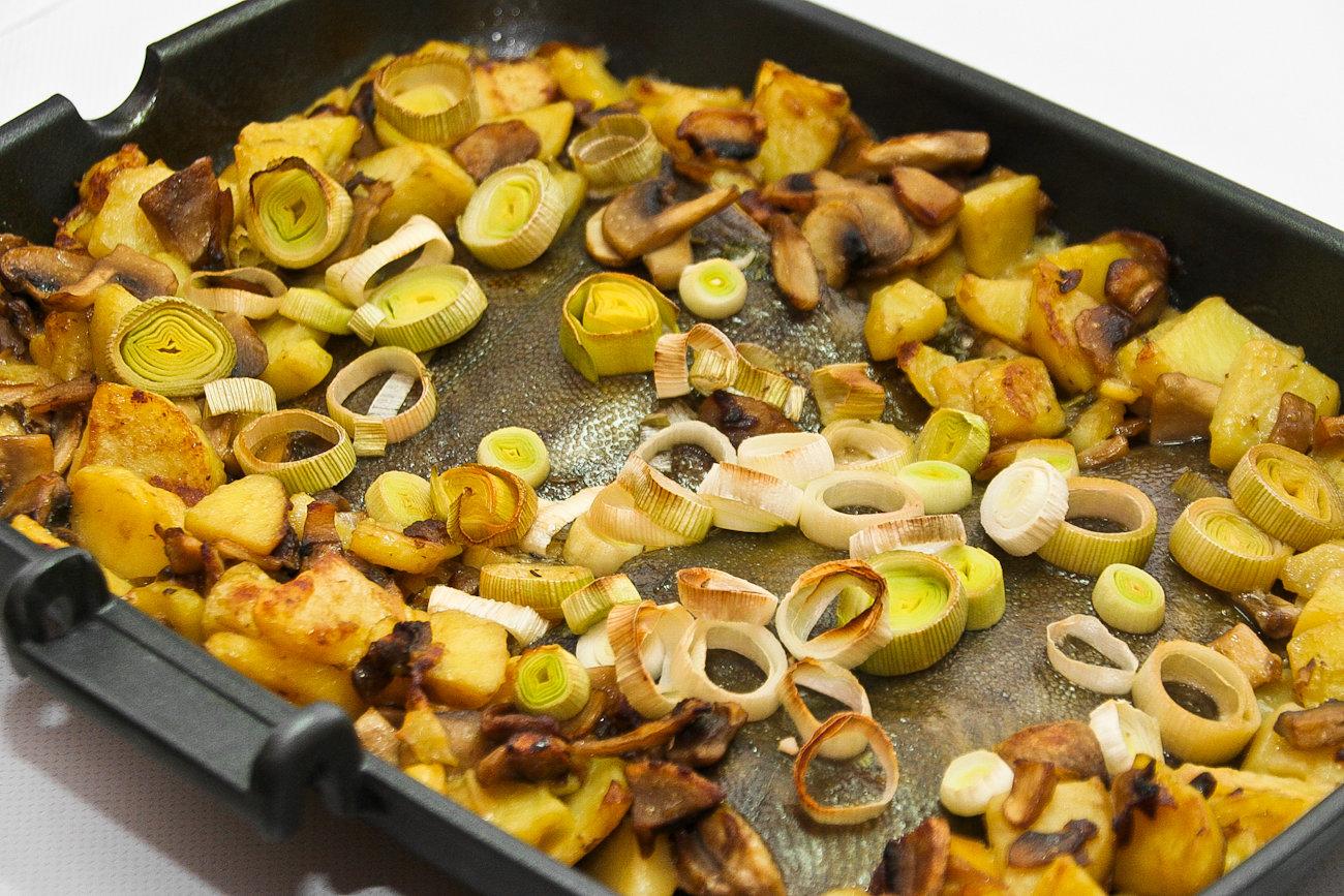 Камбала, запечённая с грибами, картошкой и травами