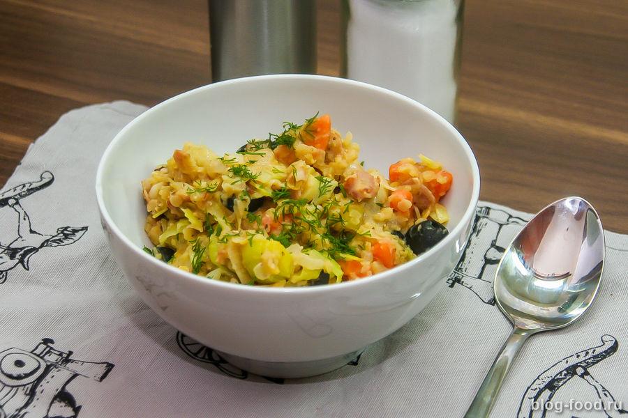 Чечевичная каша с беконом, луком и морковью