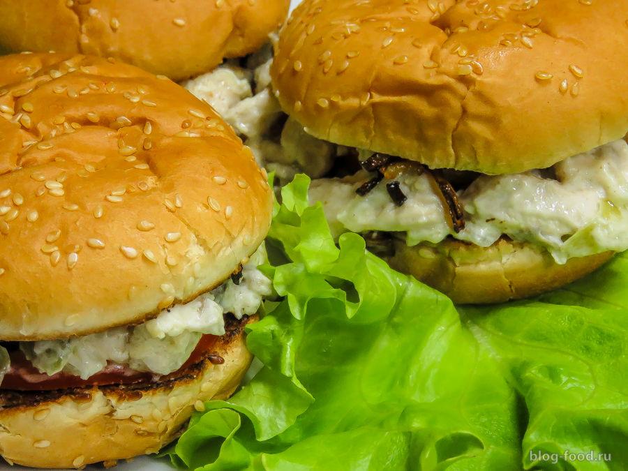 Бургер с курицей, грибами и сельдереем