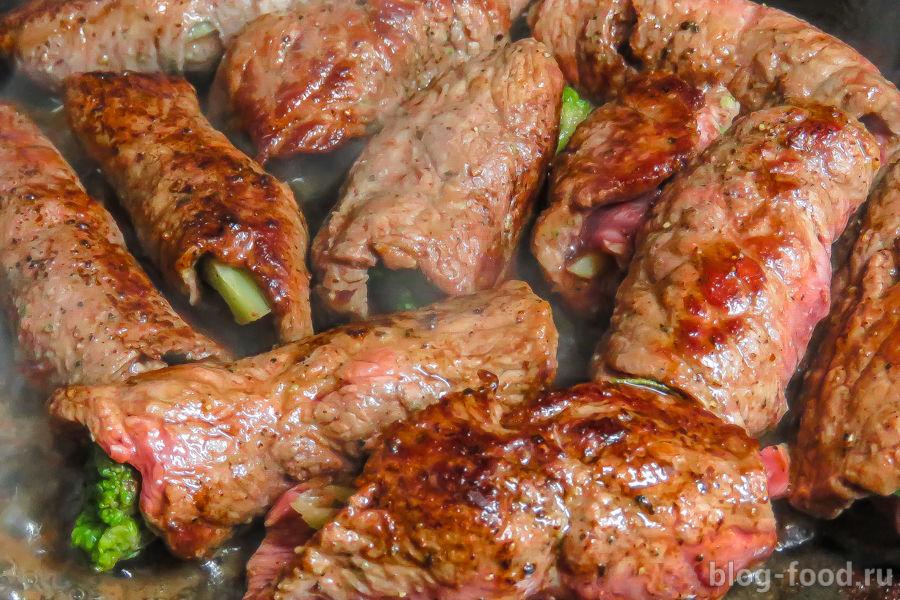 Мясные рулетики с брокколи и томатным соусом