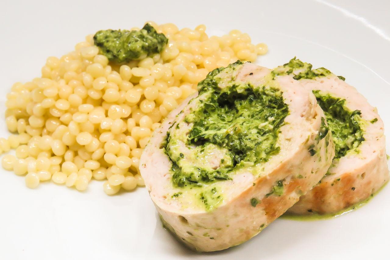Рулет из индейки со сливочным сыром и шпинатом