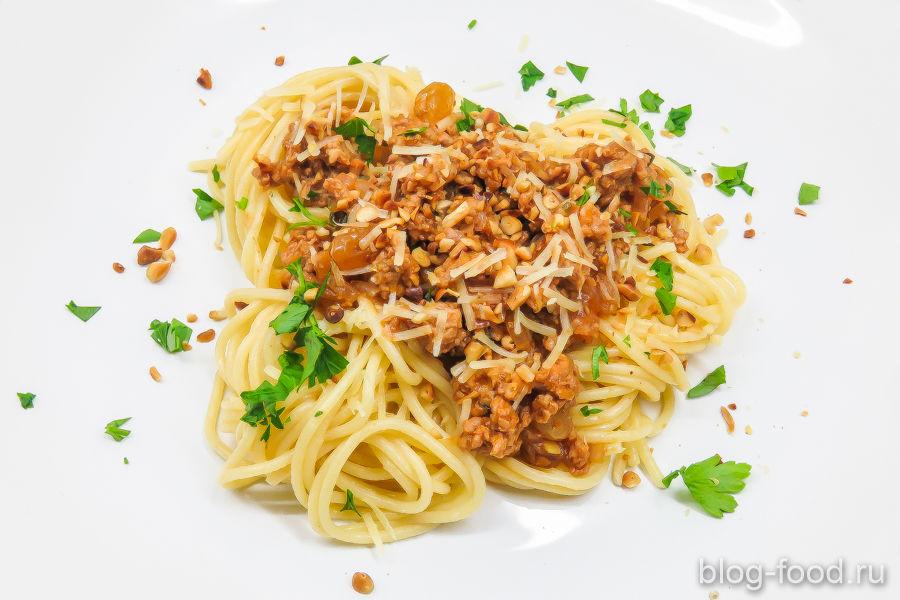 Спагетти с утиным фаршем и кедровыми орешками
