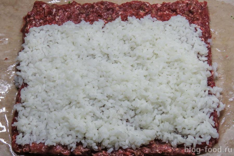 Мясной рулет с рисом и сливовым соусом