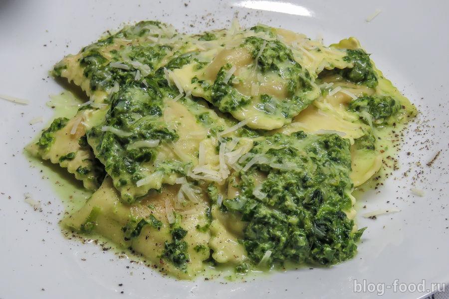 Равиоли капрезе в шпинатно-сливочном соусе