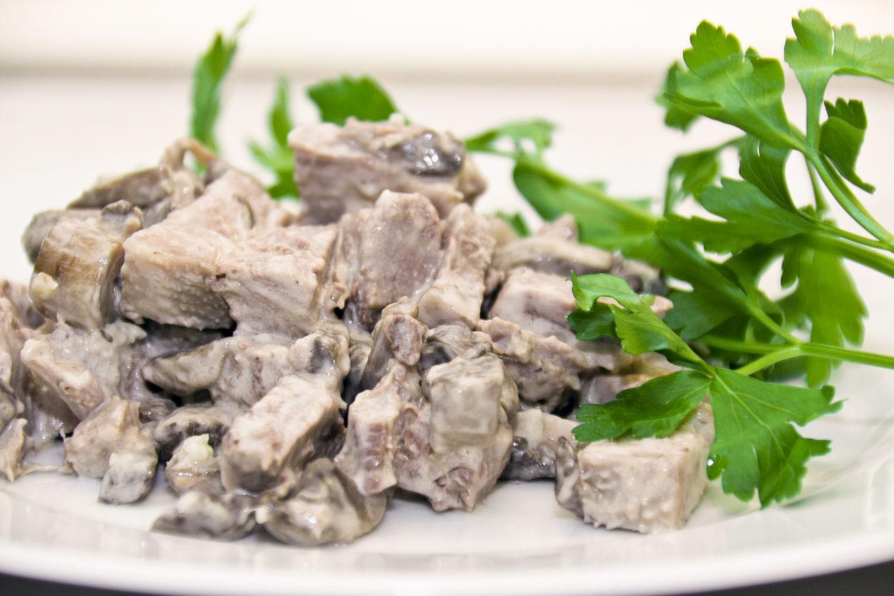 Салат из языка с грибами