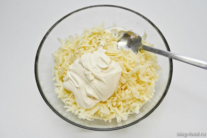 Салат изананаса, сыра ичеснока