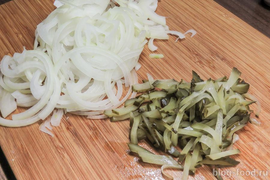 Тёплый салат из лука и солёных огурцов