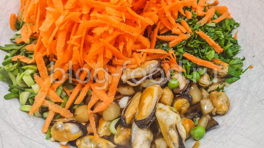 Тёплый салат с мидиями и баклажаном