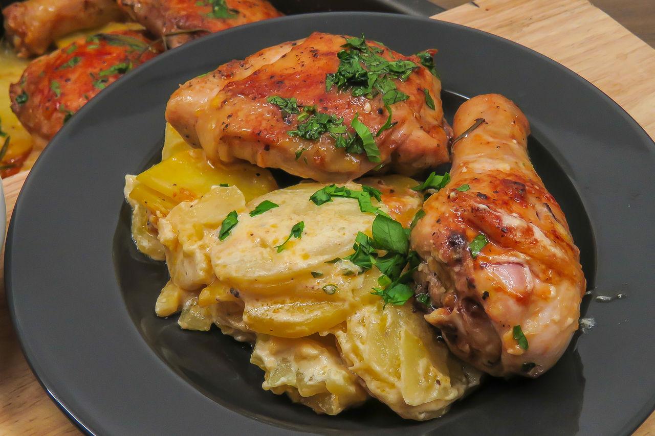 Курица с картошкой, запеченные под сливочным соусом