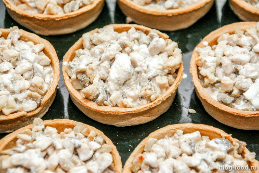 Куриные тарталетки с грибами и сыром