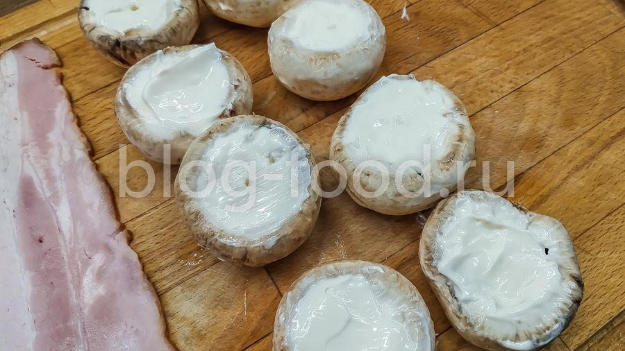Шампиньоны с сыром в беконе